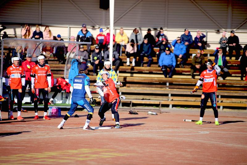 Vuoden poikapesäpalloilijaksi valittu Juho Heikkala lyömässä VePen ja Kempeleen puolivälieräottelussa Ruohopatilla 14. syyskuuta.