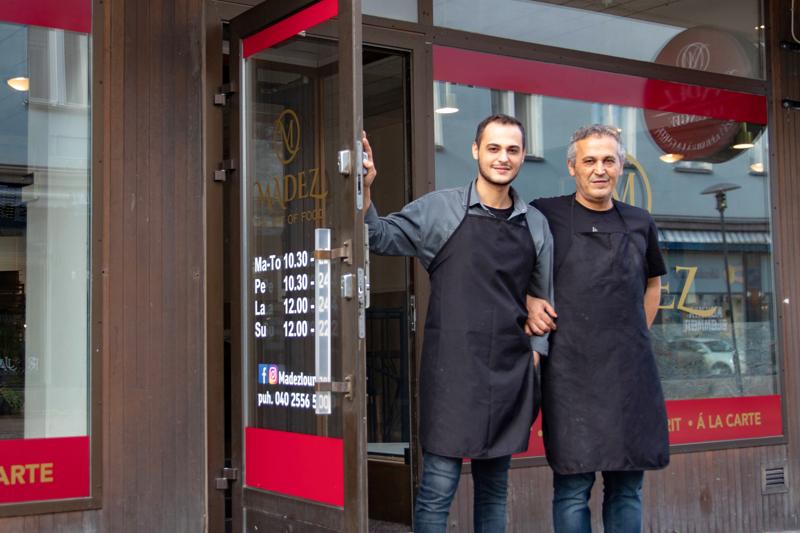 Ravintola Madezin yrittäjä Ahmet Göy kertoo, että ravintolan viralliset avajaiset ovat tulossa myöhemmin. Ravintolassa apuna työskentelee myös isä Eyyup Göy.