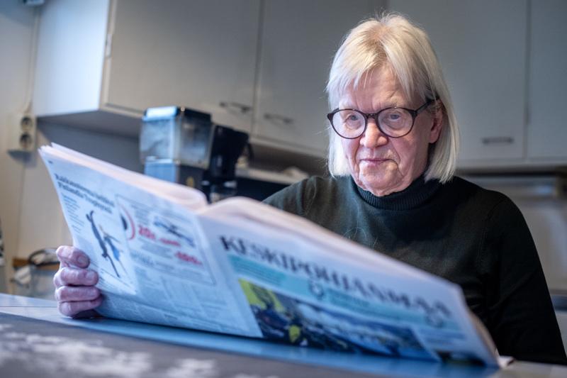 Teerijärveläinen Birgitta Österbacka lukee Keskipohjanmaata oppiakseen suomea. Tanssipaikkailmoitukset kiinnostivat nuorena sillä hän kävi joka lauantai tansseissa.