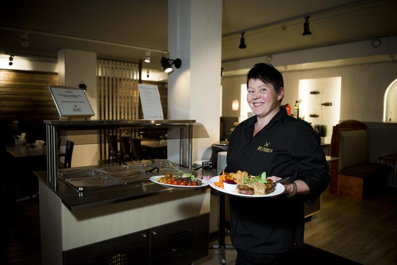 Rajoitusten poistuminen näkyi heti positiivisesti ravintoloiden toiminnassa. Ravintola Myllyrannnan                                             ravintolapäällikkö Terhi Ketola voi jälleen kantaa annoksia pöytiin.