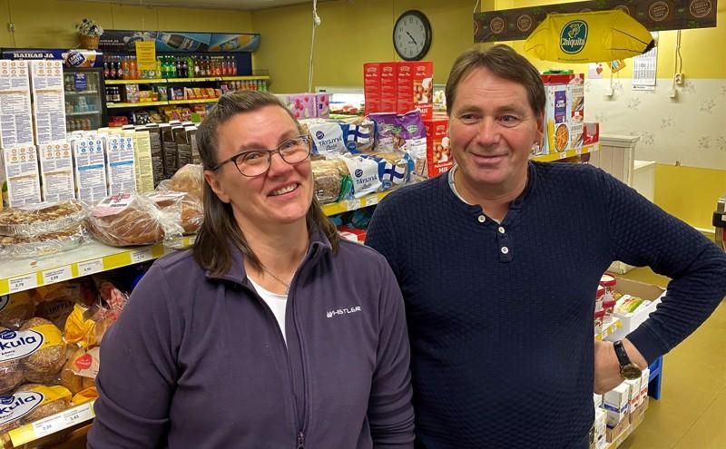 Småböndersin kyläkaupan myyjät Kristina Rönnlöf-Vistbacka ja Karl-Erik Storbacka.