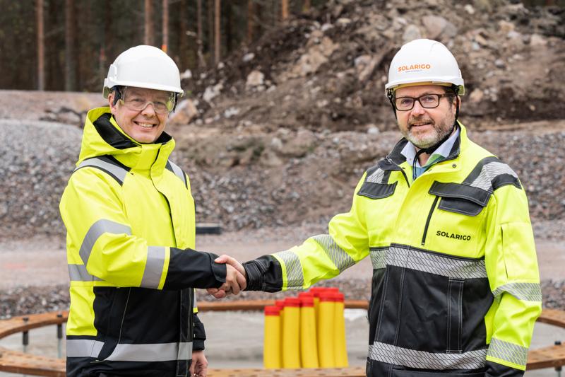VSB Uusiutuva Energia Suomi Oy:n toimitusjohtaja Seppo Tallgren ja Solarigo Systemsin toimitusjohtaja Antti Koskelainen löivät kättä päälle tuuli- ja aurinkovoimaa energiantuotantoon käyttävän hybridisähköpuiston rakentamiseksi Kalajoelle.