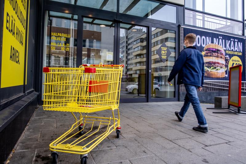 HalpaHalli-ketjun työntekijöitä marssi ulos myymälöistä kaksi viikkoa sitten vastalauseena luottamusmiesjärjestelmään kaavailluille muutoksille. Kuva Kokkolan HalpaHallin edustalta.