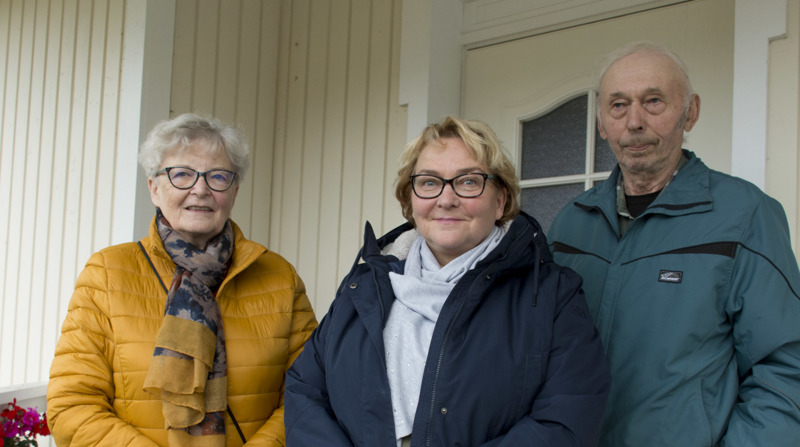 Paikallisosaston sihteeri Anna-Maija Himanka, puheenjohtaja Johanna Venho ja yhdistyksessä pitkään toiminut Reino Hihnala ovat tyytyväisiä, että juhlaseurat voidaan vihdoin pitää.