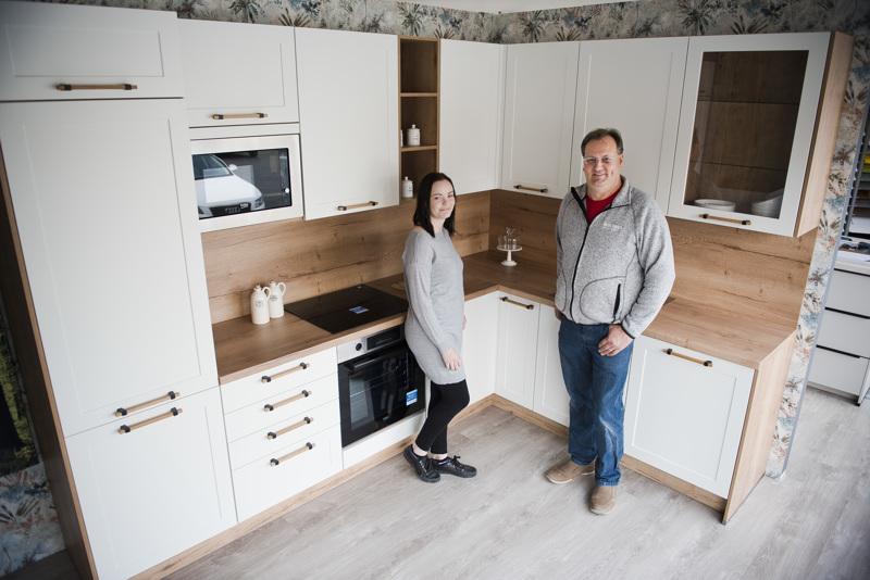 Kauppias Hannu Sinisalo ja myyjä Milla Korri ovat muun tiimin kanssa rakentaneet uuteen myymälään neljä mallikeittiötä.