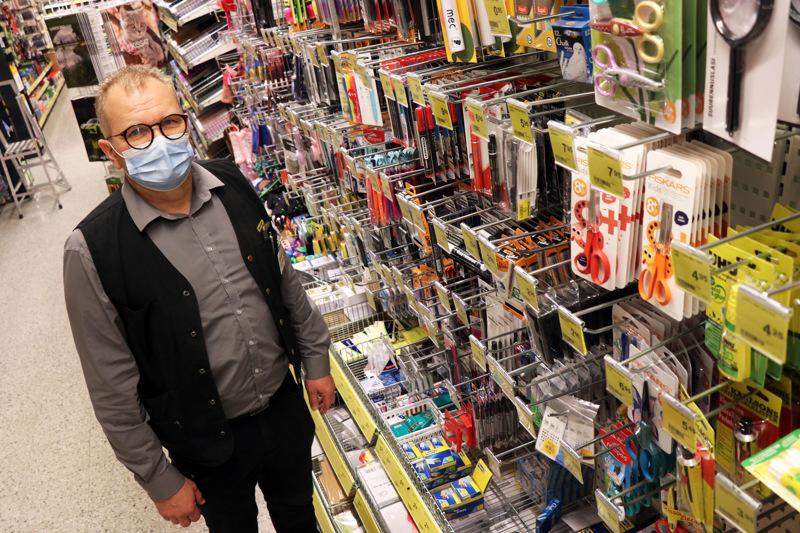 Kaustisen Halpa-Hallin myymäläpäällikkö Olli Tyni kertoo, että tänä syksynä hävikkiä on syntynyt sellaisissa tuoteryhmissä, jotka kiinnostavat erityisesti koululaisia.