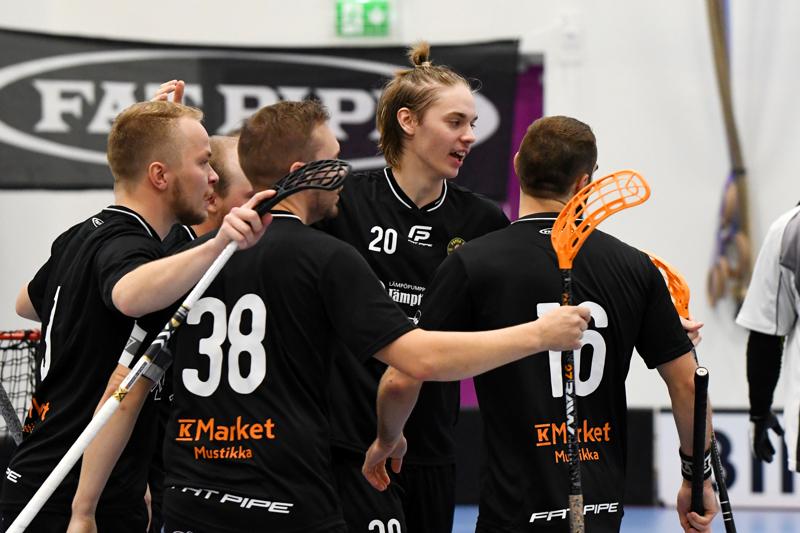 Popula SB pääsi viime viikonloppuna pelaamaan ensimmäiset kotipelinsä Taanilan koulun uudessa salissa.