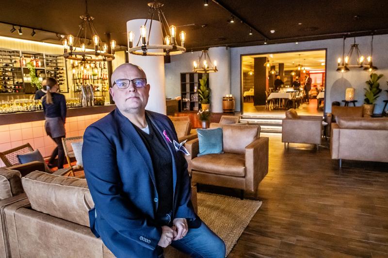 """KPO:n hotellinjohtaja Jaki Silvennoinen pitää koronapassia """"hirvittävän hyvänä asiana""""."""