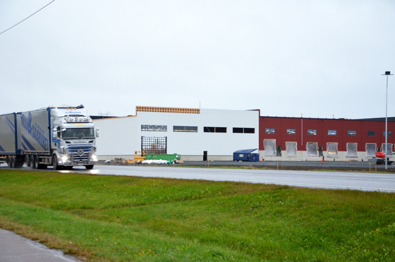 Vähälä Yhtiöt on moninkertaistamassa terminaalitilat Ylivieskassa, sillä rakenteilla on tämä uusi logistiikkaterminaali Ouluntien varteen. Paloaseman viereen sijoittuva terminaali otetaan käyttöön ensi keväänä.