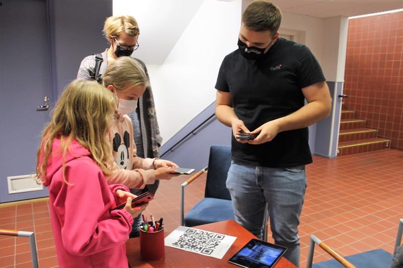 Teemaviikolla haluttiin järjestää yhteisöllistä ohjelmaa myös maakunnassa. Oppilaita radalle ohjaamassa Joosua Jyrkkä.