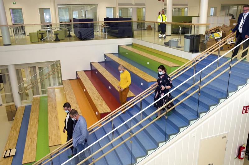 Molemmilla kouluilla on nk. jättiläisen portaat, joita voidaan hyödyntää monin tavoin. Kuva Kaisaniemen koululta.
