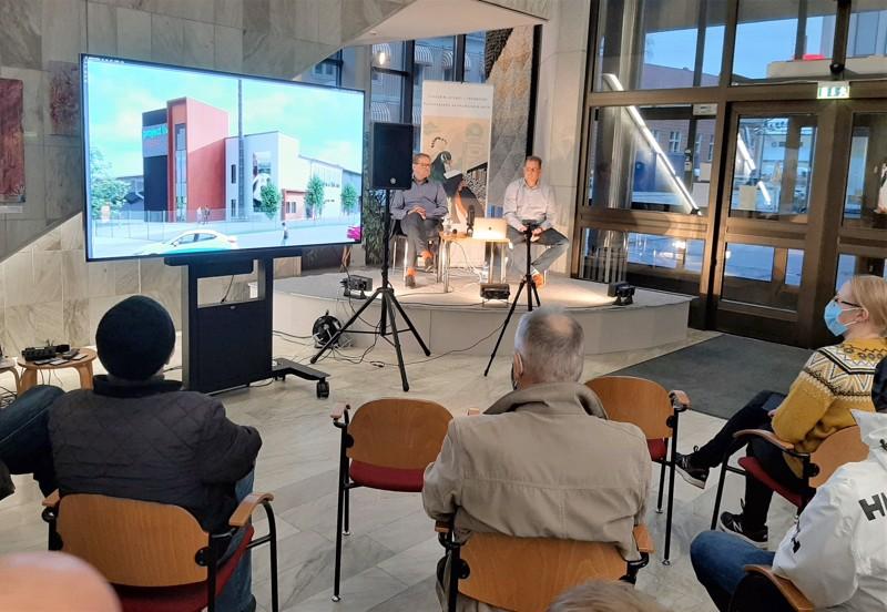 Jeppis Stadionin vetäjät Björn Anderssén ja Kenneth Mörk vastasivat yleisön kysymyksiin torstaina Pietarsaaren kirjastossa.