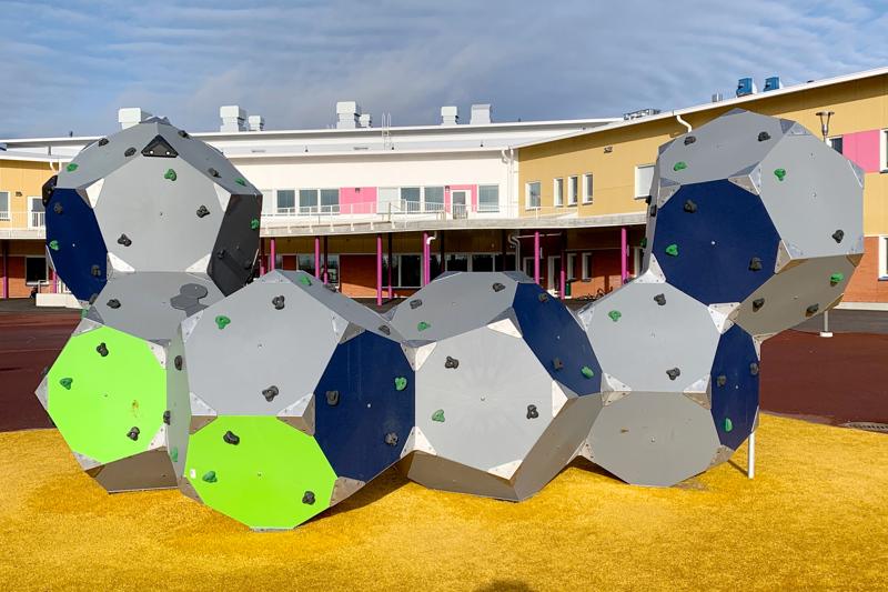 Taanilan yhtenäiskoulun pihalla on isot leikki- ja liikunta-alueet. Keväällä rakennuksen terassilla voidaan pitää oppituntejakin.