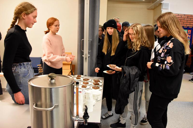 Anni Hankonen ja Nanna Mäkikallio toimivat mokkapalakauppiaina. Asiakkaina Aada Vinkki, Salli Jantunen ja Sanni Pyhälä.