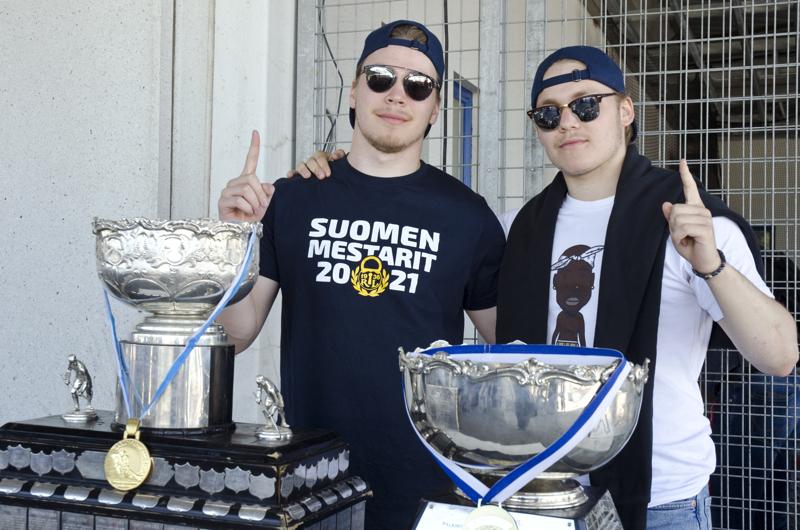 Veljekset Jonne ja Jeremi Tammela toivat kesällä Ylivieskaan näytille viime kauden SM-pokaalinsa. Jonne oli mukana voittamassa miesten liigaa ja Jeremi nuorten mestaruutta.