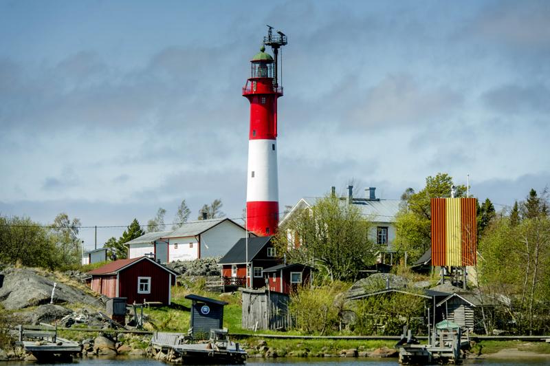 Tankarin saarella on useita rakennuksia, mitä moninaisimpiin käyttötarkoituksiin.