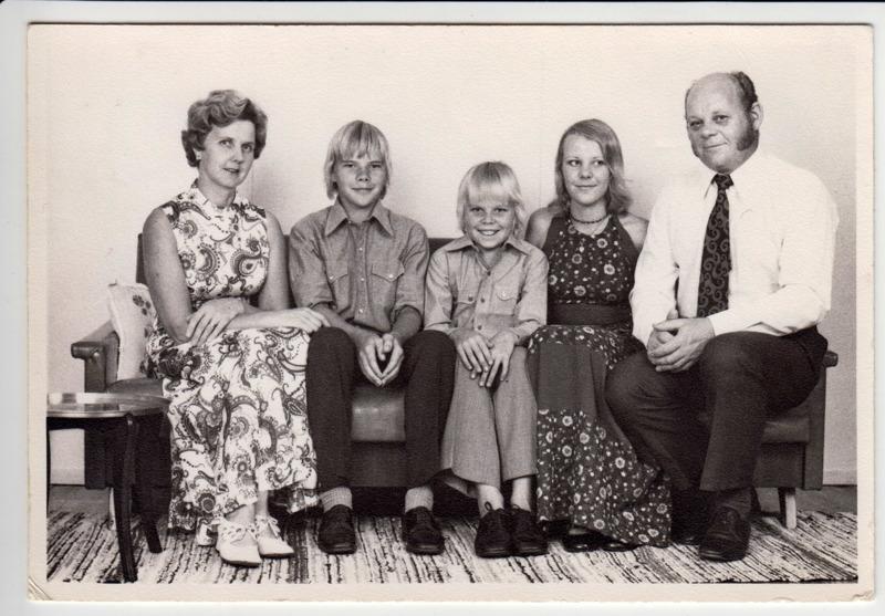 Lehojärvet perhekuvassa Australiassa vuonna 1973. Vasemmalta katsottuna kuvassa Aila, Harri, Ilpo, Erja ja Matti.