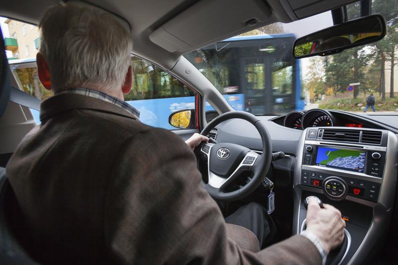Motoriset taidot ovat liikenteessä tärkeitä kaiken ikäisille. Jos seniorikuljettajan pää ei enää käänny riittävästi, hän on heikoilla risteystilanteissa.
