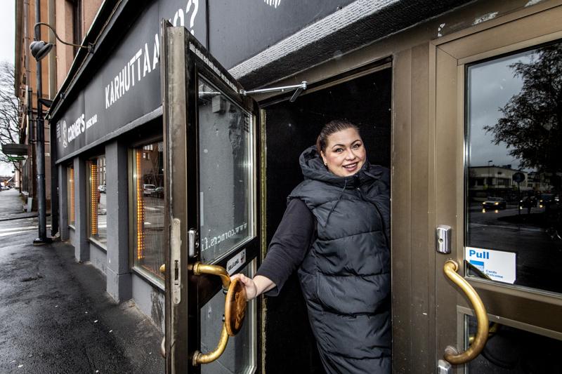 Kokkolan Hotel Seurahuoneen hotellinjohtaja Anne Katajalaakso. Hänen mukaansa koronapassin käyttö on perusteltavissa puhtaalla matematiikalla.
