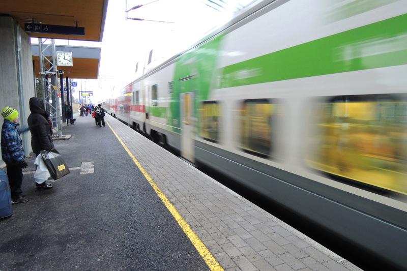Seinäjoen rautatieasemalla lauantaina tapahtunut pylvään kaatuminen raiteille on katkaissut junaliikenteen Kokkolan suuntaan ja korvaavia linja-autokuljetuksia järjestetään. Arkistokuva Pännäisten asemalta.