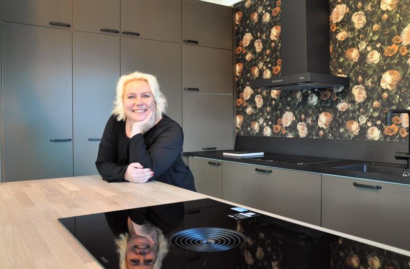 Eeva-Liisa Saari viihtyy työssään kalustesuunnittelijana. Taustan kaapistoissa yrityksen oma väri metsä.