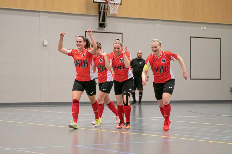 Avausmaali! Roosalotta Hilli, Sara Jussilainen, Noora Huhta ja Susanna Jussilainen juhlivat TU:n kauden ensimmäistä osumaa.