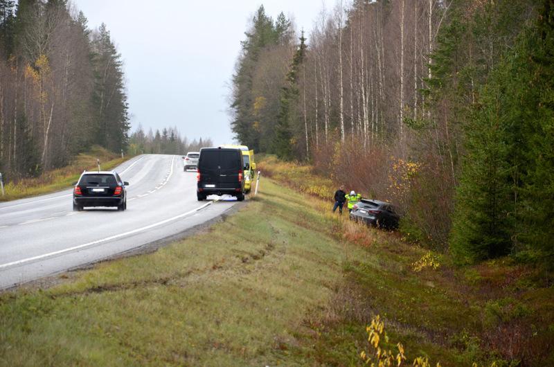 Henkilöauto suistui ojaan Kannuksessa maanantaina.