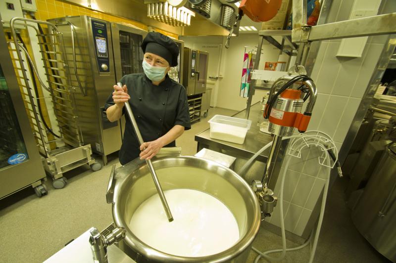 Keittäjä Arja Tyhtilällä on teossa riisihiutalevelli palvelutalohin ja terveyskeskukseen.
