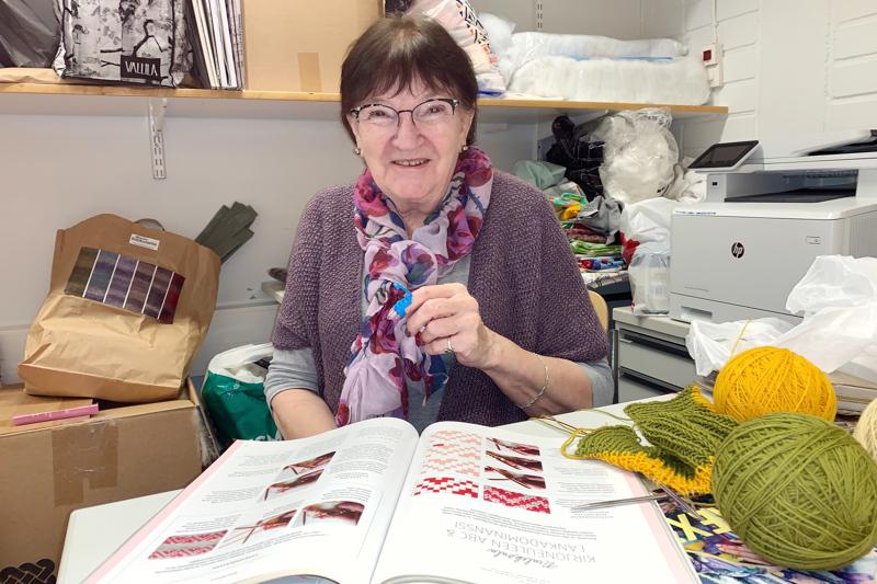 Tuntiopettaja Anna-Liisa Ojala on innokas neuloja, jonka etusormessa on langanohjain. Hän on myös värjännyt villalangat, joista on tulossa neulepaita.