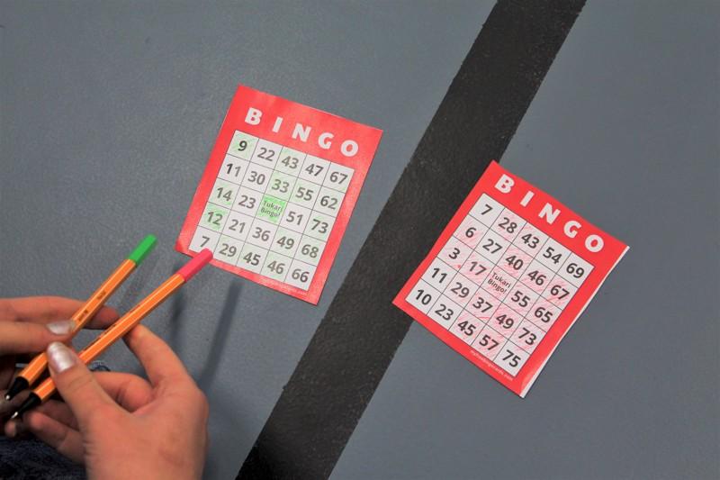 """""""Bingo!"""" kaikui torstaina Tietolan salissa, kun yläkoululaiset tutustuivat peliin tukioppilaiden johdolla."""