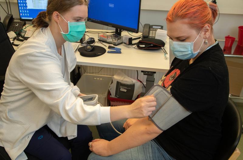 Osastonhoitaja Sere Tiainen mittaa Julia Vasilenkon verenpaineen. Verenpaineen mittaaminen on Tiaisen mukaan helppoa, ja kotimittauksella saa luotettavia tuloksia, kunhan sen tekee huolellisesti.