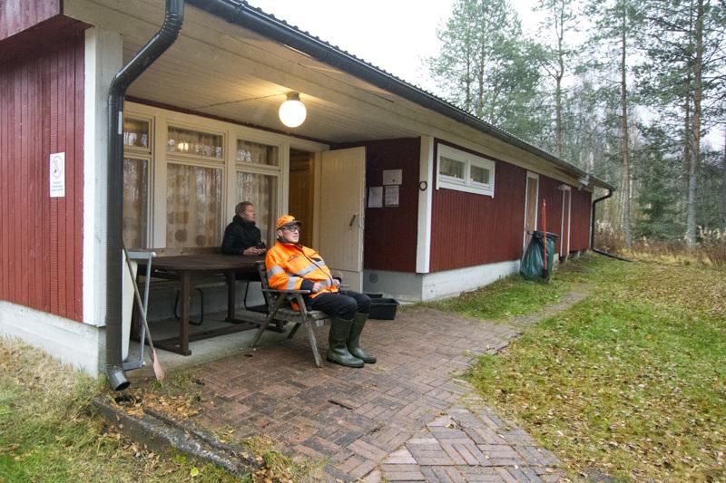 Vinnurvan leirikeskuksen saunatilat uusittiin pari vuotta sitten. Laura Jaakola (vas.) ja Jouko Malila odottelevat talviuintikauden avausta saunan edustalla.