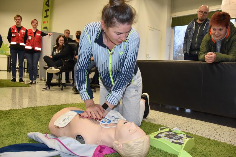 Sydäniskurin käyttö ja elvyttäminen on helppoa, kun seuraa vain sydäniskurin antamia neuvoja. K-surermarketissa työskentelevä Oxana Zakharenko kokeili vuorollaan sydäniskurin käyttöönottoa.