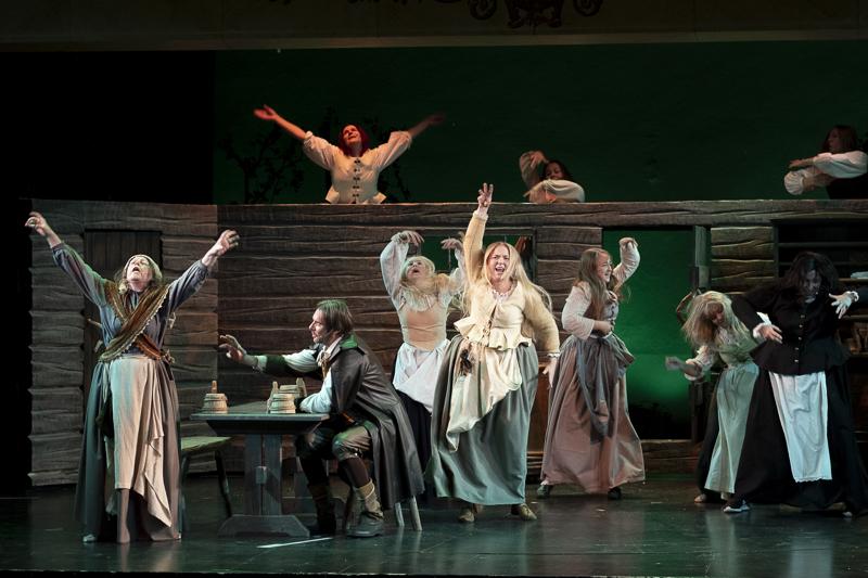 Näytelmässä on lavalla kaikkinensa kolmisenkymmentä nuorisoseuralaista.