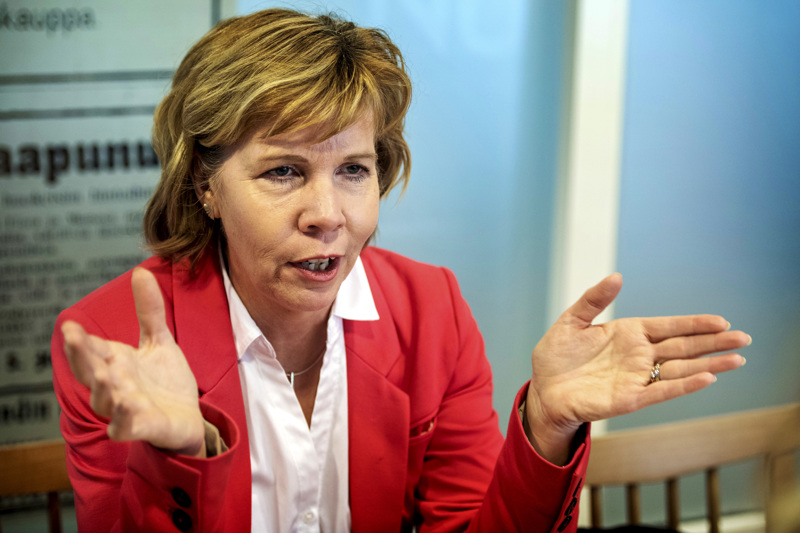 Oikeusministeri Anna-Maja Henriksson jäi ilman paikkaa Kruunupyystä lähteneestä koneesta. Vain kolme paikkaa oli vapaana.