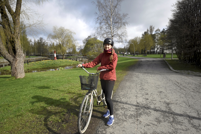Infrasuunnittelija Anette Korkiakangas kertoo, että kaupunki tarttuu ensimmäisenä pyöräpysäköinnin parantamiseen.