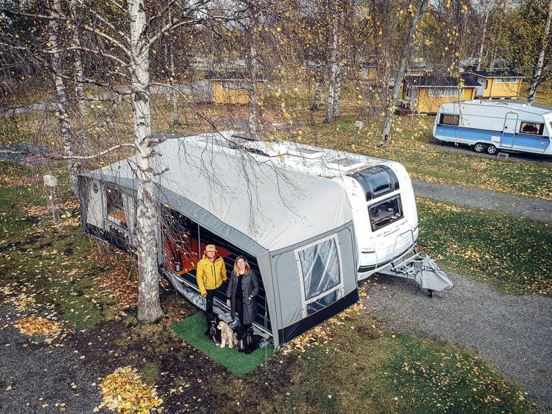 Minna ja Petri Juola muuttivat matkailuvaunuun loppukesästä. Etuteltta tuo lisäneliöitä. Lämmityslaitteen ansiosta siellä tarkenee kylmälläkin säällä. –Laitteen äärellä paahdamme vaahtokarkkeja.