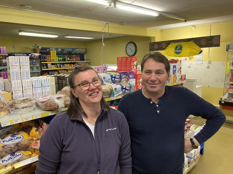Kristina Rönnlöf-Vistbacka ja Karl-Erik Storbacka ovat Småböndersin kyläkaupan myyjiä.