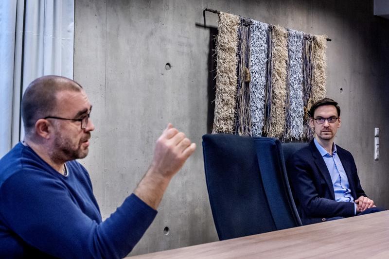 KIP Servicen ICT- ja turvallisuusasioista vastaava Jussi Lång (vas.) ja Elisan Pohjanmaan aluejohtaja Niklas Granholm kertoivat uudesta 5G-privaattiverkkokokeilusta.