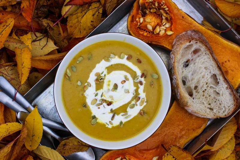 Kaikki kurpitsat toimivat mainiosti sosekeitoissa. Myskikurpitsakeitto saa luonnetta tällä kertaa curryjauheesta ja kookosmaidosta.