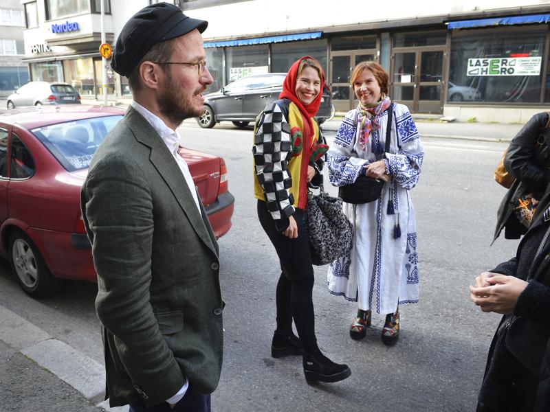 Ohjaaja Juho Kuosmanen ja pääosan esittäjä Seidi Haarla sekä kirjailija Rosa Liksom elokuvan Kokkolan ensi-illassa.