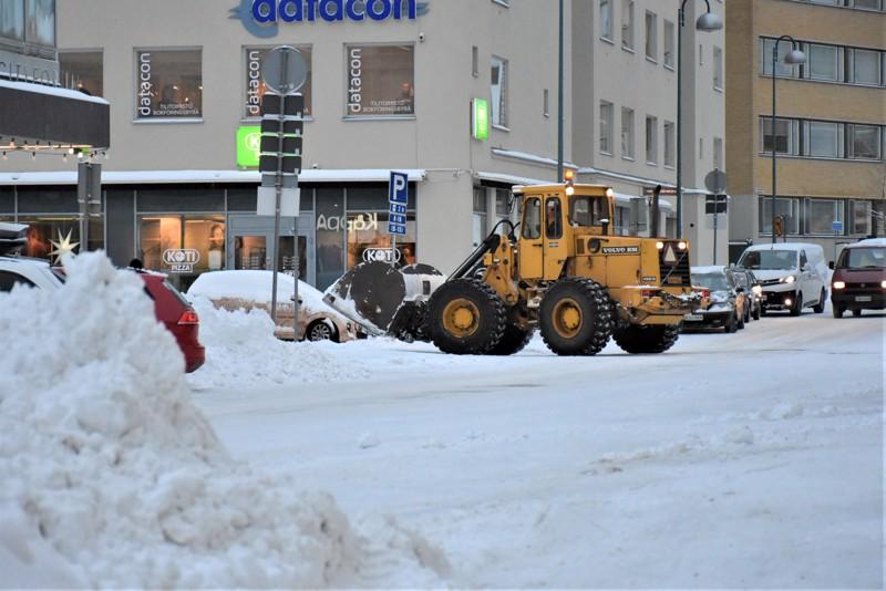 Viime talvena aurausbudjetti paukkui Pietarsaaressa. Nyt yhdeksi talouslääkkeistä on otettu harras toive puolta kevyemmästä lumentulosta.