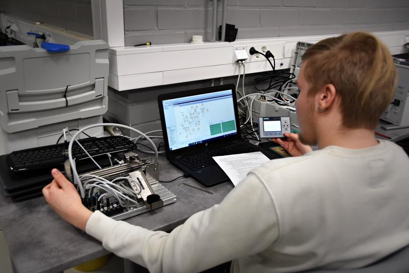 Kappaletavara-automaation ammattitaitokilpailussa ohjelmoitiin pienoiskuljetin lajittelemaan erilaisia metallirenkaita.