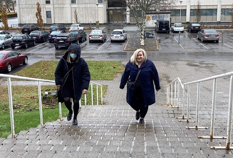 Asianajaja Anni-Leena Träskbäck ja Tiina Isotalus saapumassa oikeustalolle.