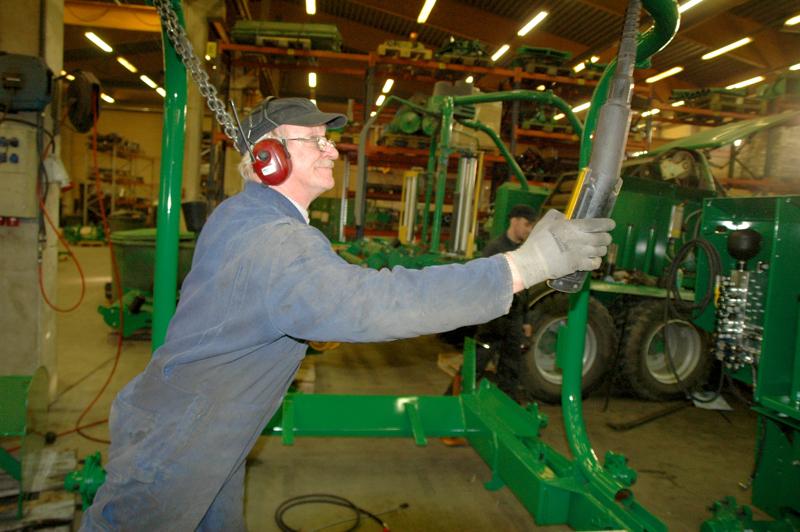 Agronic Oy oli saanut valtakunnallista tunnustusta maatalouslaitteitten tuotekehittelyn edelläkävijänä. Paalaimia koonnut Reijo Honkala oli yksi yrityksen 40 työntekijästä.