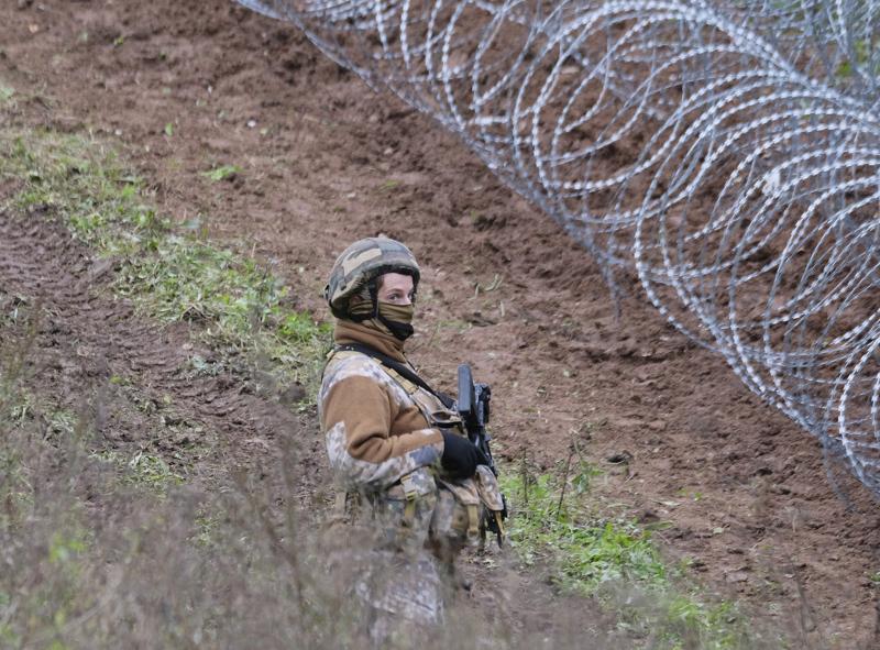 Latvian puolustusvoimien sotilas partioi uutukaisella piikkilanka-aidalla, joka EU-maiden yhteisvoimin on pystytetty Valko-Venäjän vastaiselle rajalle pidättelemään diktaattori Aljaksandr Lukashenkan länteen suuntaamia turvapaikanhakijoita.
