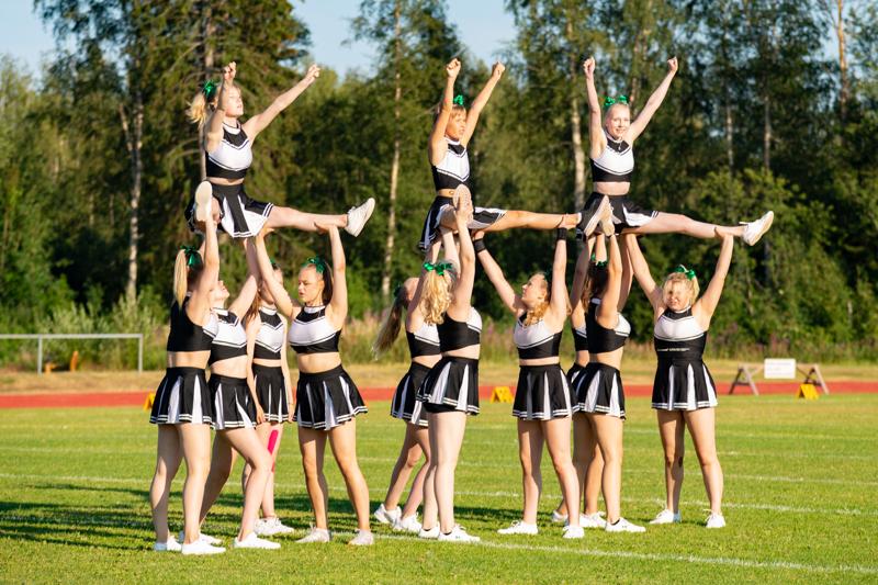 Chearleeding-kurssilla tehdään akrobatiaa, hyppyjä, stuntteja sekä pyramideja taitotason mukaan. Arkistokuva.