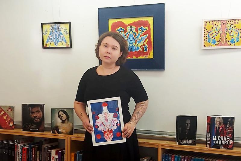 Haapavedeltä lähtöisin olevan Anna Penttilän taiteeseen voi tutustua kirjastolla marraskuun loppuun saakka.