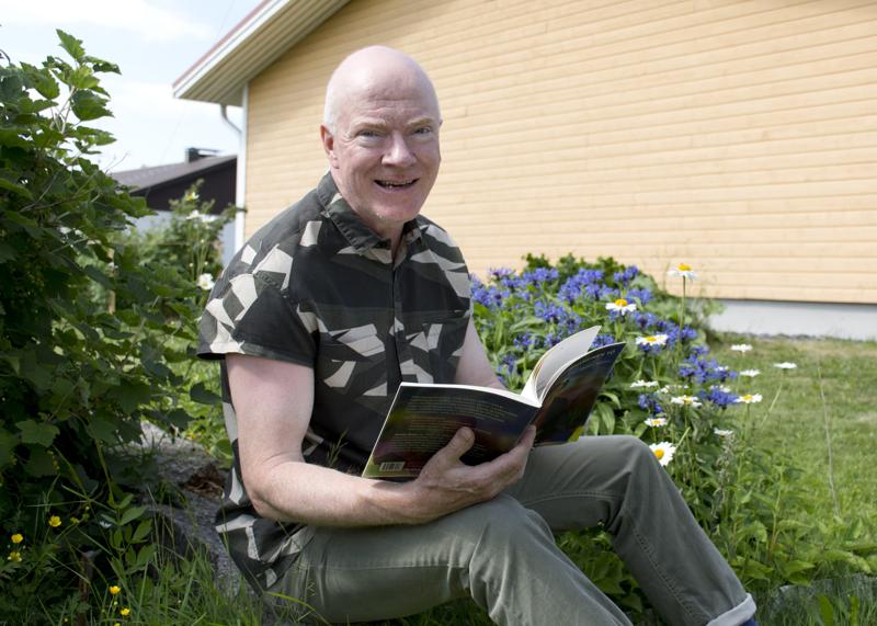 Heikki Niska on syntyisin Kalajoelta, hän on kirjoittanut Keski-Pohjanmaan murteella aiemminkin.