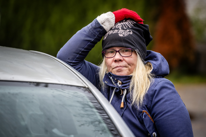 """Kokkolan Ykspihlajassa asuva Saija Arokallio sairastui koronaan. Hän kertoo olleensa evakossa kohta kaksi viikkoa. Kuvassa Arokallio on """"maanpaossa, väliaikaiskämppänsä"""" pihalla."""